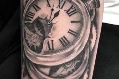 inferno-tattoo-barcelona-alex-baens-reloj-mecanismos-negro-gris-grande-pierna