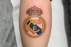 inferno-tattoo-barcelona-ilustracion-alex-baens-mediano-pierna-gemelo-escudo-real-madrid