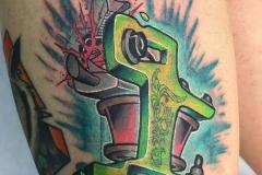 inferno-tattoo-barcelona-neotradi-alex-baens-grande-pierna-maquina-tatuar