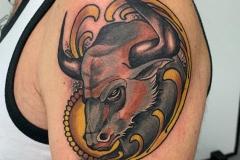 inferno-tattoo-barcelona-neotradicional-alex-baens-mediano-brazo-toro