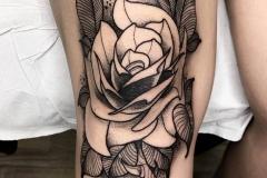 rosa-tattoo-black-work-alex-baens-pierna-tamaño-grande