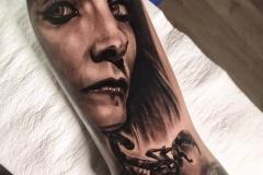 annie-blesok-realismo-negro-y-gris-grande-brazo-antebrazo-vis-a-vis-jpg