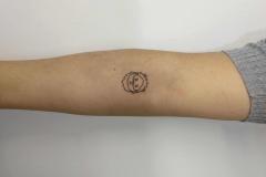 geometrico-alba-blacktattoo-pequeño-brazo-muñeco
