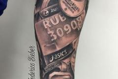 inferno-tattoo-barcelona-realismo-negro-y-gris-joel-federico-bieber-grande-brazo-antebrazo-running-recuerdo