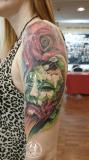 brazo-izquierdo-mascara-rosa-realismo-color