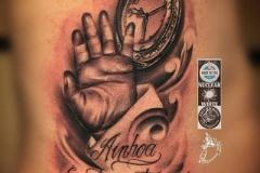 1_inferno-tattoo-barcelona-realismo-negro-y-gris-joel-federico-bieber-grande-costillas-mano-hijo-y-reloj