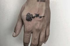 blackwork-alba-blacktattoo-pequeño-mano-rosa-flor