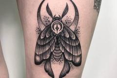 escarabajo-egipcio-tattoo-alex-baens-tamaño-mediano-pierna-blackwork-dotwork