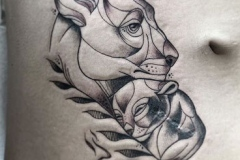 inferno-tattoo-barcelona-blackwork-alex-baens-mediano-pecho-leona-cachorro