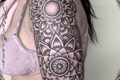 mandal-brazo-hombro-dot-work-blackwork-alex-baens-mediano