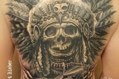 inferno-tattoo-barcelona-christian-kurt-negro-gris-espalda-indio-moto-harley-davidson