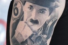 inferno-tattoo-barcelona-hector-mateos-charles-chaplin-charlotte-negro-gris-1
