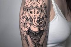 hindu-ganesha-tattoo-alex-baens-geometrico-black-work-hombro-brazo-mediano