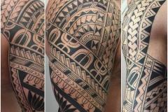 inferno-tattoo-barcelona-joel-federico-bieber-manga-polinesia-grande-hombro-espalda