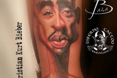 inferno-tattoo-barcelona-ilustracion-christian-kurt-bieber-mediano-brazo-caricatura-musico-rap