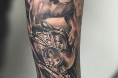 inferno-tattoo-barcelona-joel-federico-perro-guardian-negro-gris-grande-brazo