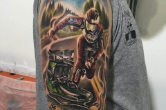 inferno-tattoo-barcelona-joel-federico-tatuaje-color-downhill-patinaje