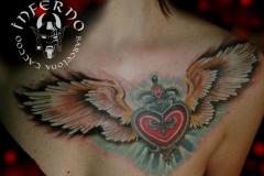 inferno-tattoo-barcelona-pecho-lateral-joel-federico-corazon-alas-1024x768