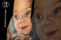inferno-tattoo-barcelona-mano-retrato-bebe-realismo-color-christian-kurt