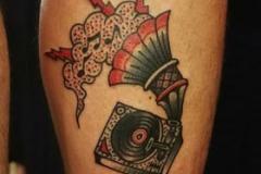 inferno-tattoo-barcelona-old-school-fernando-morano-mediano-gramola-rojo-negro