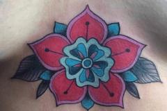 inferno-tattoo-barcelona-marcelo-entattoo-flor-color-pecho-lineal-ilustracion-mediano
