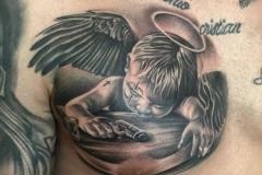 inferno-tattoo-barcelona-realismo-negro-y-gris-joel-federico-bieber-grande-pecho-angel