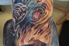 inferno-tattoo-barcelona-joel-federico-oso-fuego-bosque-realismo-color-grande-brazo
