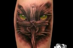 inferno-tattoo-barcelona-realismo-color-christian-kurt-bieber-mediano-pierna-gemelo-cara-gato