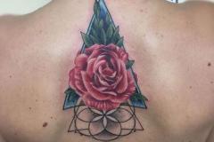 inferno-tattoo-barcelona-realismo-color-joel-federico-bieber-mediano-espalda-adornos-triangulo