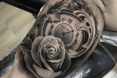 tattoo-negro-gris-reloj-rosa-hector-mateos-inferno-tattoo-barcelona