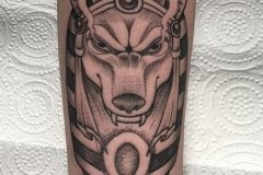 inferno-tattoo-barcelona-alex-baens-neotradicional-dot-work-mediano-brazo