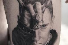 inferno-tattoo-barcelona-hector-mateos-eminem-negro-gris