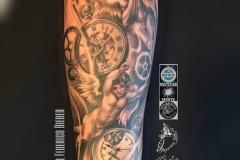 inferno-tattoo-barcelona-joel-federico-tattoo-reloj-angel-pierna-negro-gris-2017