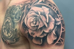 inferno-tattoo-barcelona-joel-federico-tatuaje-rosa-reloj-pecho-hombro