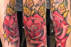 inferno-tattoo-barcelona-neotradi-alex-baens-grande-brazo-rosa-flor