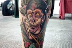 inferno-tattoo-barcelona-neotradicional-raul-leone-grande-pierna-gemelo-mono