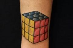inferno-tattoo-barcelona-old-school-fernando-morano-tattoo-mediano-cubo-rubbik