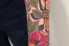 inferno-tattoo-barcelona-raul-leone-neotradicional-tradicional-brazo-rosa-faro-grande-brazo