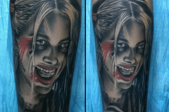 inferno-tattoo-barcelona-raul-leone-realismo-negro-gris-retrato-suicide-squad-brazo-grande