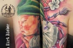 inferno-tattoo-barcelona-realismo-color-christian-kurt-bieber-grande-hombro-bebe-recuerdo-atrapasueños