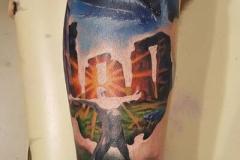 inferno-tattoo-barcelona-realismo-color-christian-kurt-bieber-grande-pierna-monumento-stonehenge-cara-extraterrestre