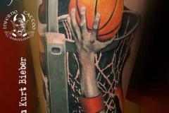inferno-tattoo-barcelona-realismo-color-christian-kurt-bieber-grande-pierna-muslo-mano-y-pelota-basket