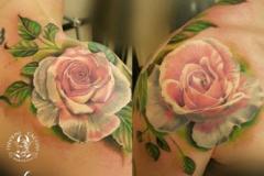 inferno-tattoo-barcelona-realismo-color-christian-kurt-bieber-mediano-hombro-rosas