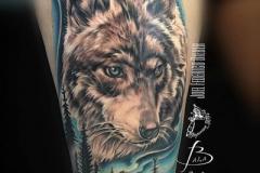 inferno-tattoo-barcelona-realismo-color-joel-federico-bieber-grande-pierna-muslo-lobo-con-bosque