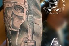 inferno-tattoo-barcelona-realismo-negro-y-gris-christian-kurt-bieber-grande-brazo-guerrero-vikingo