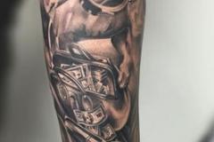 inferno-tattoo-barcelona-realismo-negro-y-gris-joel-federico-bieber-grande-brazo-antebrazo-perro-recuerdo-pistolas-dinero