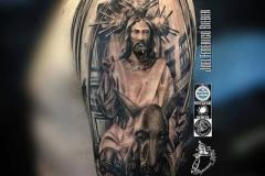 inferno-tattoo-barcelona-realismo-negro-y-gris-joel-federico-bieber-grande-brazo-cristo