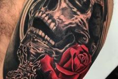 inferno-tattoo-barcelona-realismo-negro-y-gris-raul-leone-grande-brazo-calavera
