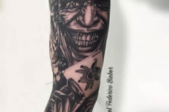 inferno-tattoo-barcerlona-realismo-negro-y-gris-joel-federico-bieber-grande-brazo-antebrazo-joker-cartas-juego-jpg