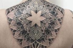 puntillismo-geometrico-joel-federico-bieber-grande-espalda-motivos-flores